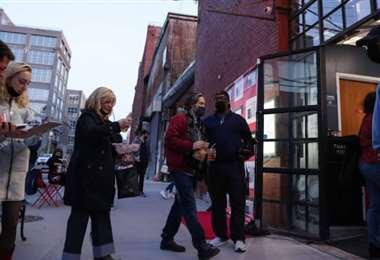Las personas vacunadas caminan sin barbijo en Estados Unidos. Foto. Internet