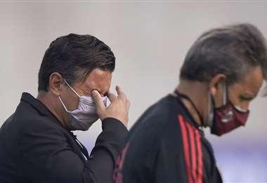 El DT de River, Marcelo Gallardo, fue afectado por los gases lacrimógenos. Foto: AFP
