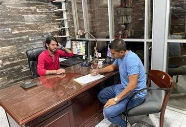 La firma del acuerdo entre Sebastián Bueno y Carlos Saucedo. Foto: internet