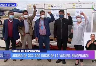 Arce y autoridades de gobierno reciben las nuevas dosis. Foto: Bolivia TV
