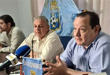 Bill Peláez (c.) junto a miembros del Comité Electoral de Blooming. Foto: Jorge Gutiérrez