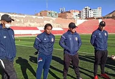Ibáñez (primero de la dcha.) junto a su cuerpo técnico. Foto: Captura de Pantalla