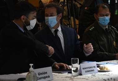Rostan y del Castillo estrechan sus manos luego de las fricciones (Foto:APG Noticias)