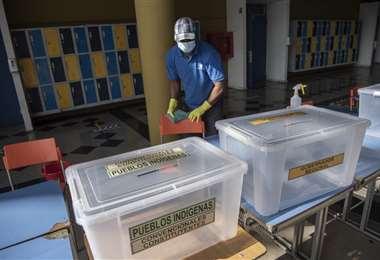 Preparando las urnas para la votación de este sábado y domingo en Chile
