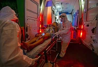 Una mujer indígena brasileña victima del Covid-19 es trasladada a un hospital