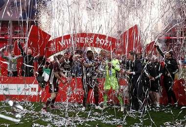 Los jugadores del Leicester festejando el triunfo. Foto: AFP