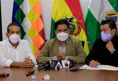 El ministro de Salud junto al gobernador y alcalde cruceños