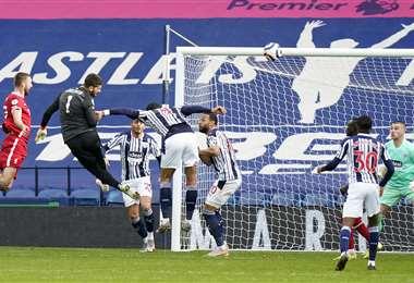 Alisson ya sacó el cabezazo que se transformó en gol para el Liverpool. Foto: AFP