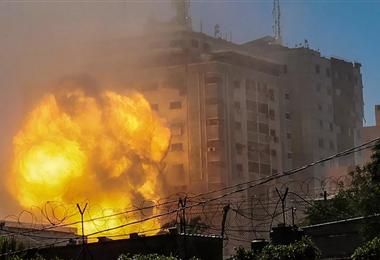 Momento en que es atacado el edificio donde trabajaban AP y Al-Jaazera en Gaza