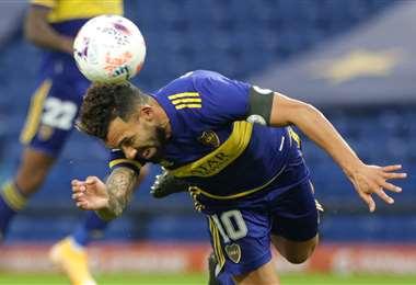 Carlos Tevez, de cabeza, marcó el primer gol del partido. Foto: AFP
