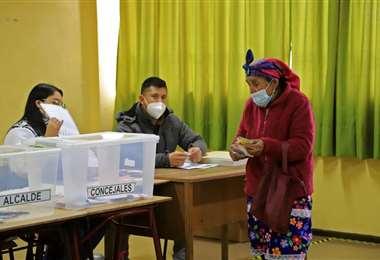 Una indígena mapuche vota en las elecciones en Temuco, Chile