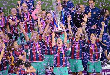 Jugadoras del Barcelona con su primer trofeo de Champions en su historia. Foto: AFP