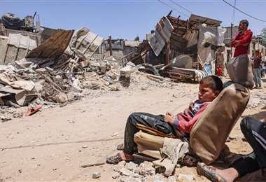 Palestinos inspeccionan su casa, después de que fuera destruida por un ataque israelí