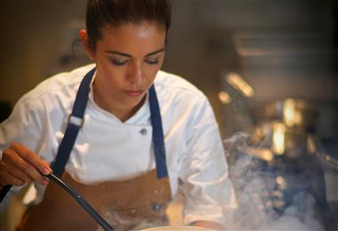 Camila Lechin preparando un plato del Restaurante Jardín de Asia