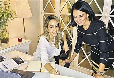 Jóvenes empresarias. Alejandra y Daniela coordinando estrategias