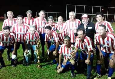 Junior con la Copa Vidal Ibáñez que lo acredita como campeón. Foto: Carlos Rivero