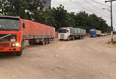 Los camiones que trasladaban mercadería ilegal. Foto: Aduana Nacional