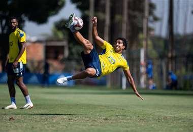 Una acrobacia de Martins en un entrenamiento del Cruzeiro. Foto: Cruzeiro