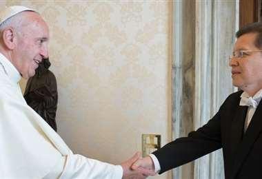 Caballero cuando entregó sus cartas en el Vaticano (Foto: Evo Morales)