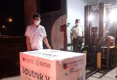 El gerente de Epidemiología del Sedes recibió las vacunas en el aeropuerto Viru Viru
