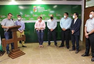 El vicegobernador, Mario Aguilera, recibe a los nuevos subgobernadores. Foto: GADSC