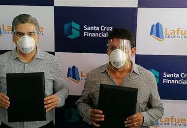 Mertens y Novillo (dcha,) durante la firma del acuerdo. Foto: Santa Cruz Financial Group