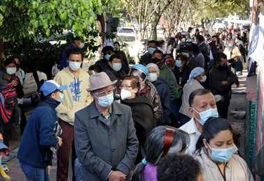 Personas hacen fila esperando la vacuna anticovid. Foto APG