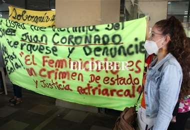 Protesta en el palacio de justicia por demora en casos de feminicidio. Foto: JC Torrejón