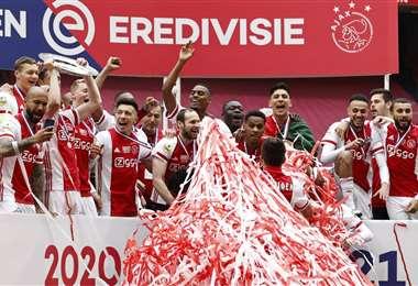 La celebración de los jugadores del Ajax tras coronarse campeones. Foto: AFP