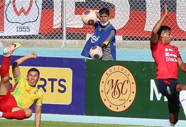Castellón (izq.) ensayó una tijera que por poco terminó en gol. Foto: APG Noticias