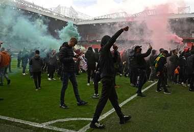 Muchos seguidores del Manchester United, en la cancha de Old Trafford. Foto: AFP