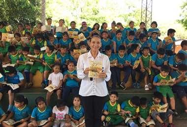 Sarah Mansilla  presentando uno de sus libro a escolares