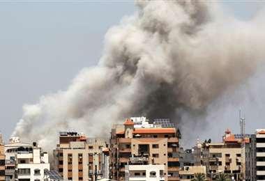 El humo se eleva en la Ciudad de Gaza tras un ataque aéreo israelí