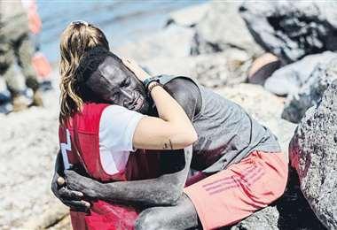 Luna (20 años), consolando a un migrante tras cruzar la frontera entre Marruecos y España