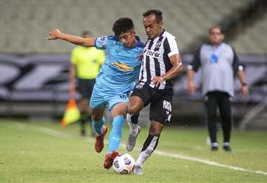 Villamil, de Bolívar, disputa la pelota con Pacheco, de Ceará. Foto. AFP