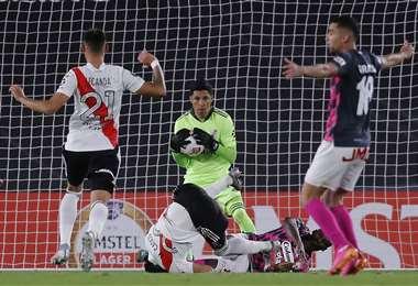 Pérez atrapa el balón ante el asedio ofensivo de Independiente Santa Fe. Foto. AFP