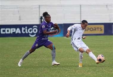 El remate de Edarlyn Reyes en el partido contra Real Potosí. Foto: RSC
