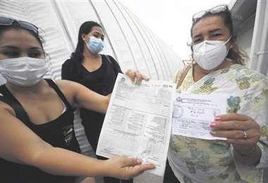 Familiares buscan las largas listas de medicamentos. Foto: j. Gutiérrez