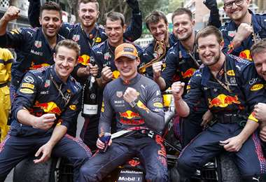 El festejo de Verstappen (c) con su equipo. Foto: AFP