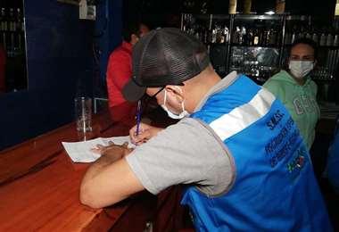 Funcionarios municipales controlan a los locales nocturnos. Foto: GAMSC