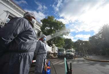 Se aprovecho la cuarentena rígida para desinfectar la urbe. Fotos: APG