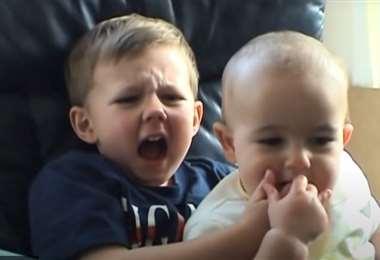 El video muestra al bebé británico Charlie mordiéndole un dedo a su hermano Harry,