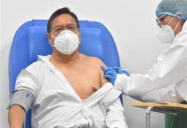 El presidente Luis Arce fue vacunado contra el Covid-19. Foto: APG Noticias