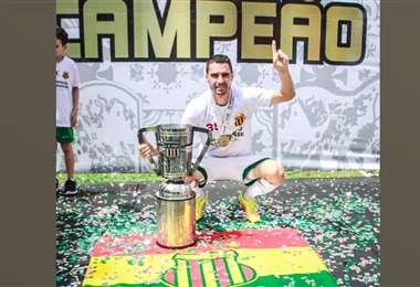 Leandro Ferreira con el trofeo del Campeonato Apertura Maranhense. Foto: L. Ferreira