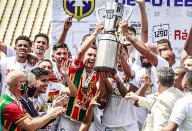 Ferreira con sus compañeros de equipo durante la premiación. L. Ferreira