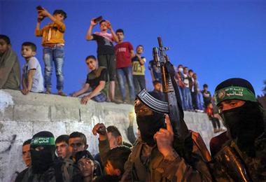 Palestinos, miembros de las Brigadas Ezz-Al Din Al-Qassam, asisten al funeral. Foto. AFP