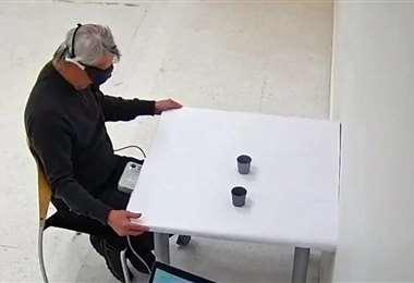 Un voluntario de 58 años fue capaz de identificar la posición de dos tazas
