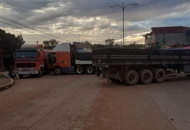 Transporte pesado bloquea las rutas de Pando. Foto: Kike NAvala