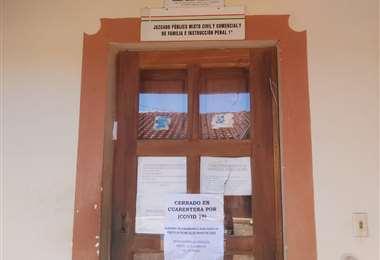 Carteles informan sobre el cierre de los juzgados en Concepción. Foto: J. Huanca