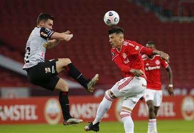 Saucedo y Cuesta en el duelo por la pelota. Foto: AFP
